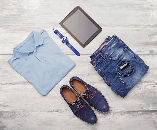 mann-kleidung, ansehen und tablet-pcs - herren outfit stock-fotos und bilder