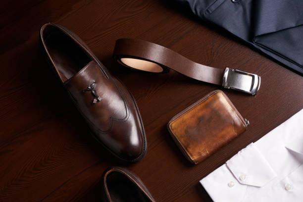 mans, mode und accessoires - leder portemonnaie herren stock-fotos und bilder