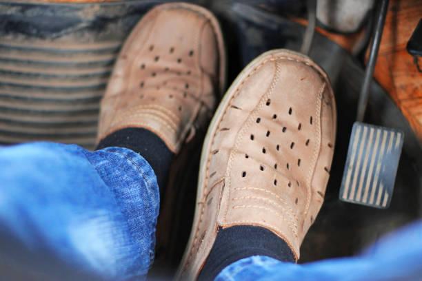 Mans ayaklar otomobil hızlandırıcı üzerinde itmek stok fotoğrafı