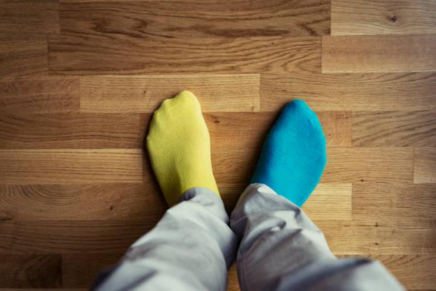 mannes füße mit ungeraden socken - flippige outfits stock-fotos und bilder