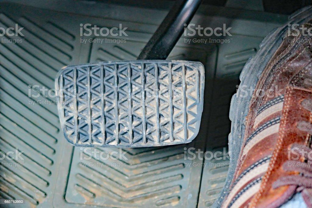 人的腳在油門踏板上的一輛車 免版稅 stock photo