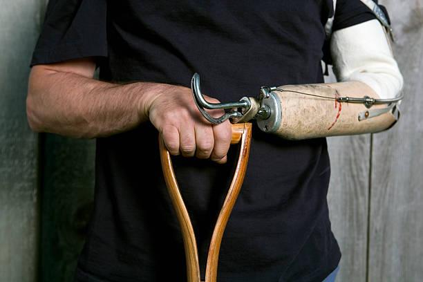 homme mains et bras artificiel tenant une pelle à la poignée. - membre photos et images de collection