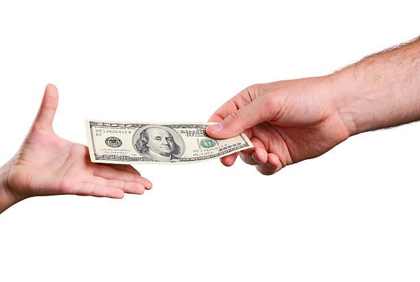 mans hand verleiht der bill 100 US-Dollar für Kinder – Foto