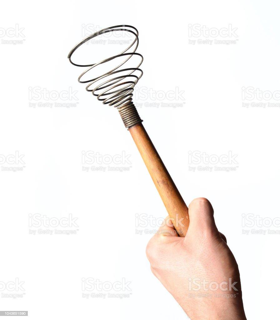 Mano de un hombre sostiene un bate aislado sobre fondo blanco. Herramientas de la cocina para cocinar. - foto de stock