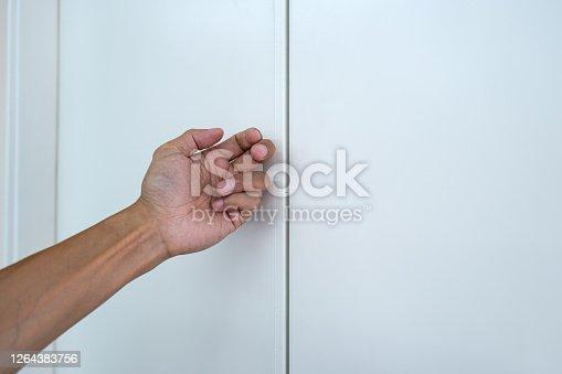 人的手在叩擊門板