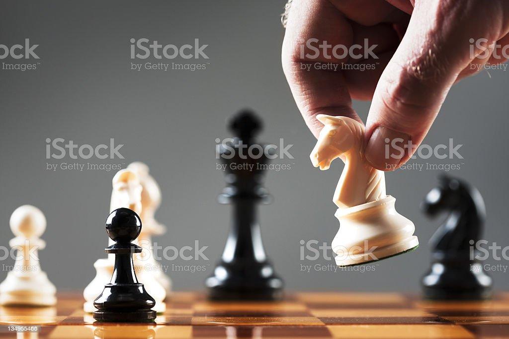 Homem de mão se move branco knight em posição de Xadrez - Royalty-free Adulto Foto de stock