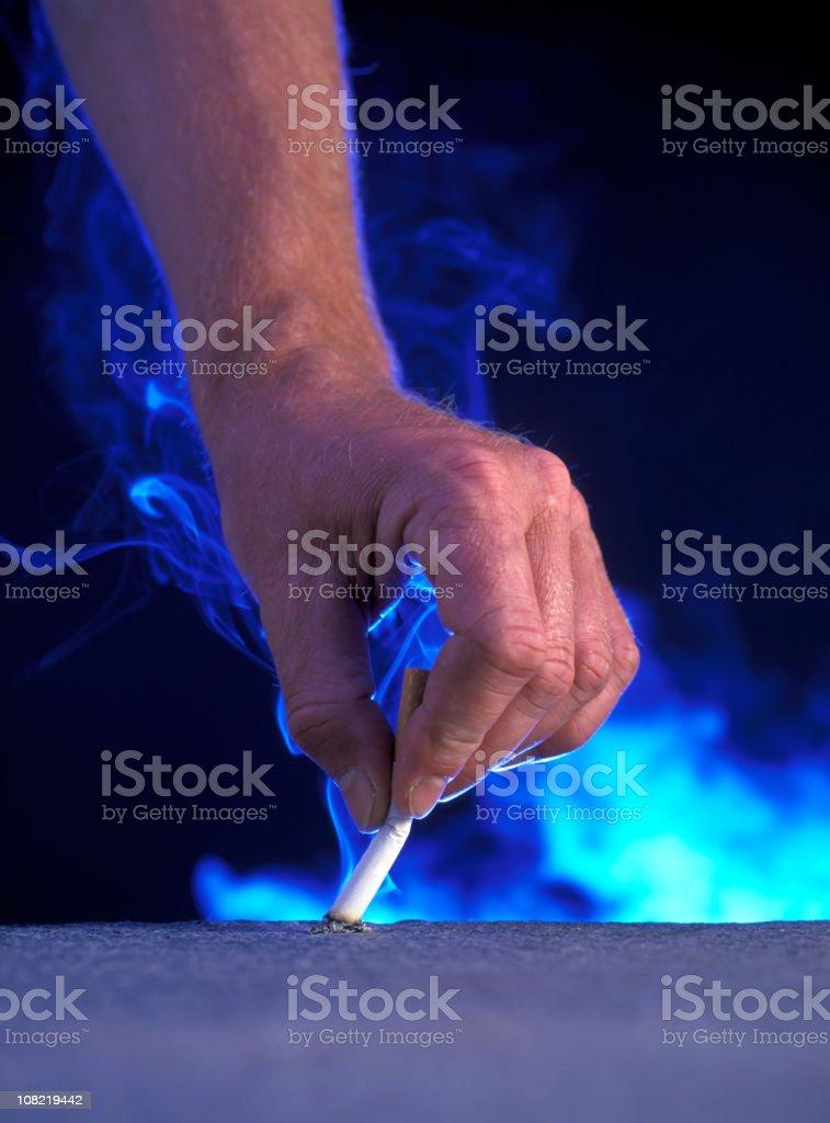 Homem colocando a mão cigarro - foto de acervo
