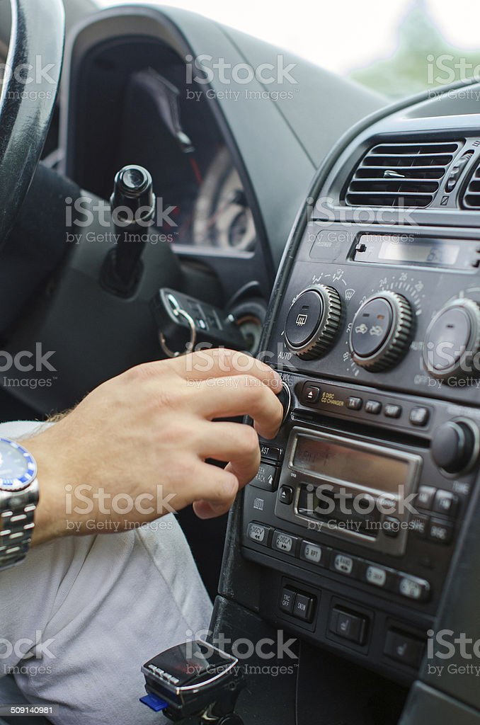 Mann hand professionelle radio im Auto. – Foto