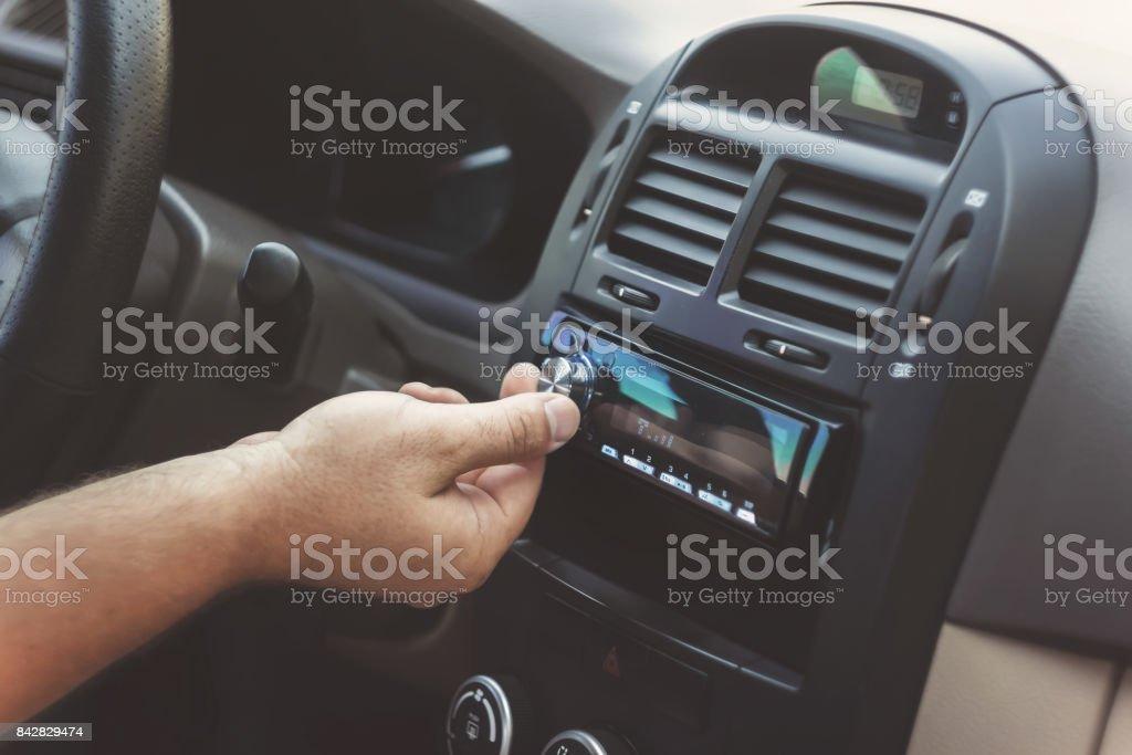 main de l'homme tord le volume dans un rétro tonifiant voiture - Photo