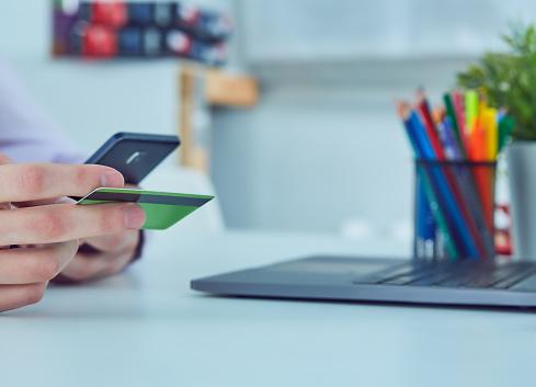 남자의 손을 잡고 신용 카드 및 온라인 쇼핑을 위한 스마트 휴대 전화를 사용 하 여 온라인 지불 가계에 대한 스톡 사진 및 기타 이미지