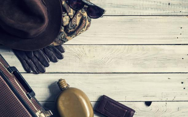mannes hut und retro-accessoires für unterwegs eine weiß lackierte holzoberfläche - kariertes hintergrundsbild stock-fotos und bilder