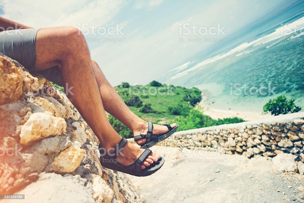Frauen Beine sitzen auf dem Felsen – Foto