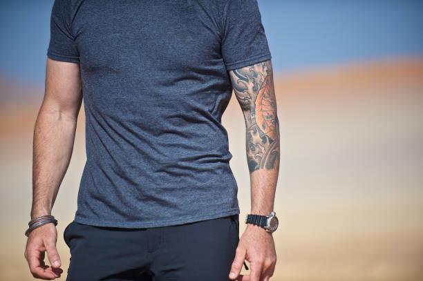 der körper des menschen mitte mit tattoos - namib wüste stock-fotos und bilder