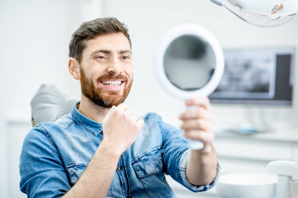 Porträt eines Mannes in der zahnärztlichen Praxis – Foto