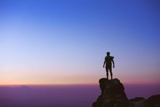 남자의 실루엣 석양 하늘 배경 - mountain top 뉴스 사진 이미지