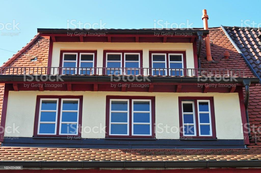 Mansardenfenster am Gebäude in der Altstadt – Foto