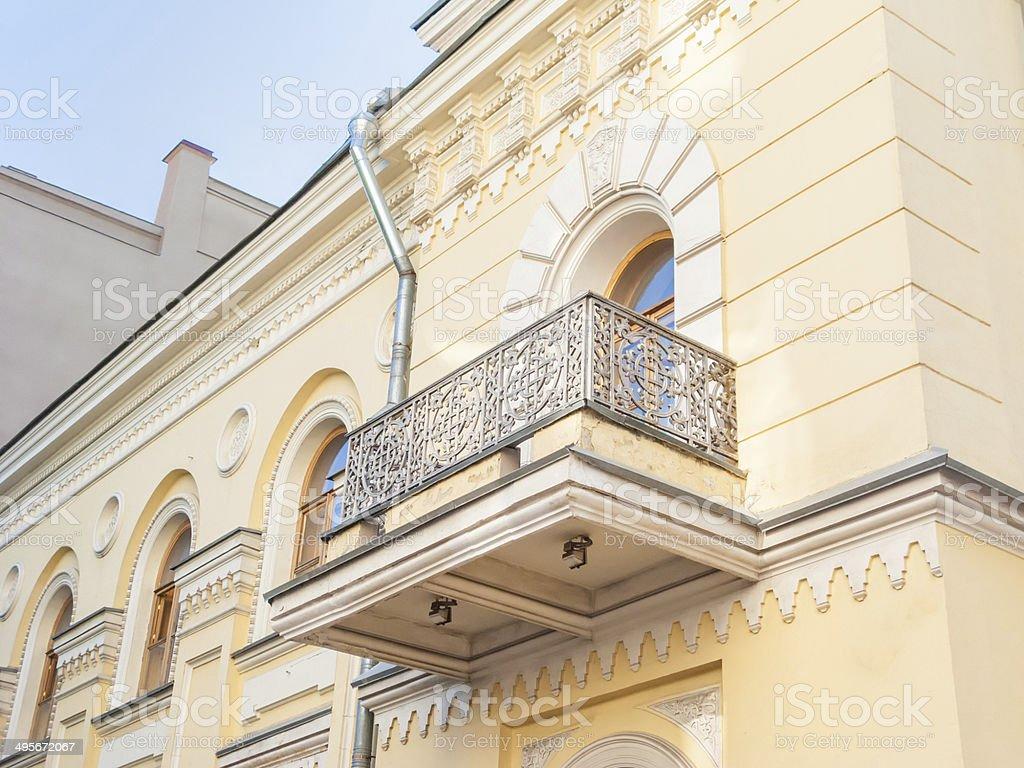 Delightful Haus Mit Bogenfenster, Gehämmerten Bars Balkon Und Reichen  Stuckverzierungen Geschmückt Lizenzfreies Stock Foto