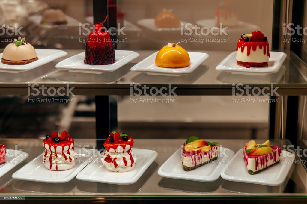 manu little cakes beyond showcase in shop is on sale zbiór zdjęć royalty-free