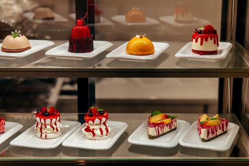 Manu Little Cakes Beyond Showcase In Shop Is On Sale - zdjęcia stockowe i więcej obrazów Biały