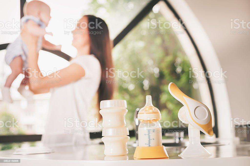Manual de peito bomba, mães leite materno - foto de acervo
