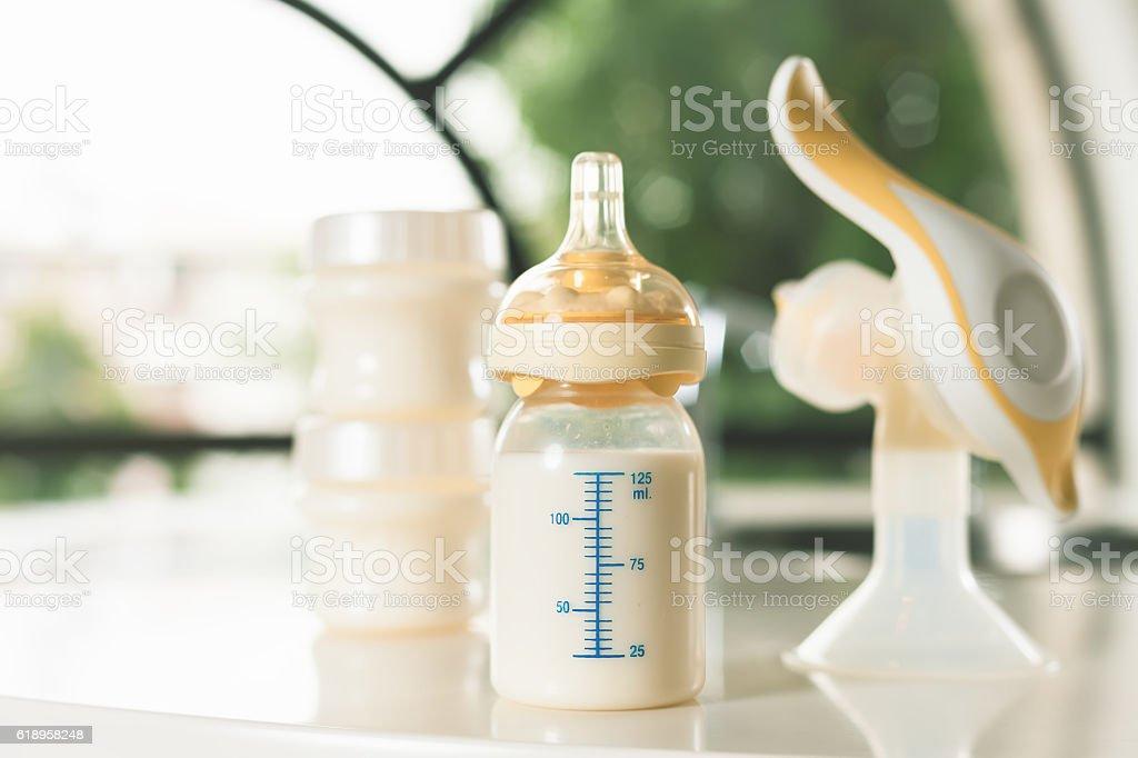 Manual breast pump, mothers milk - foto de acervo