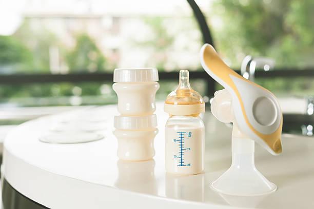Manual breast pump, mothers milk - foto de stock