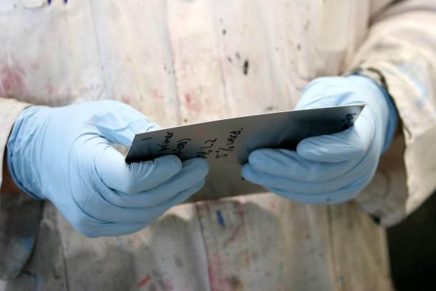 manuelle lab arbeitnehmer - handbemalte teller stock-fotos und bilder