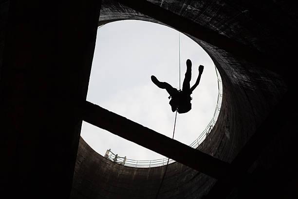 Arbeiter in der Höhe im Kühlturm – Foto