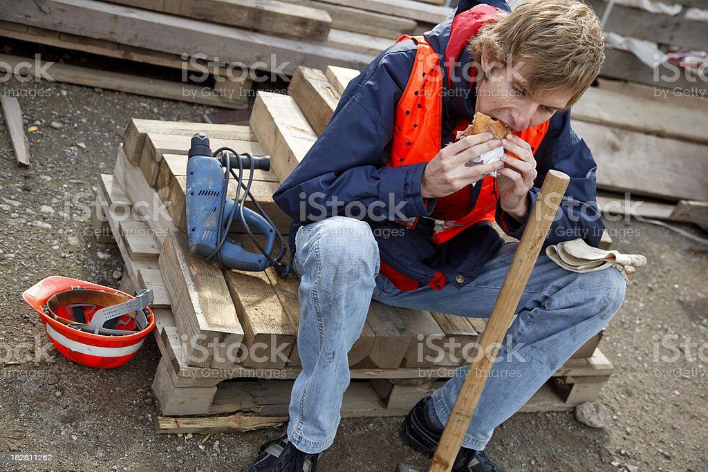 Arbeiter hat eine kurze Mittagspause – Foto