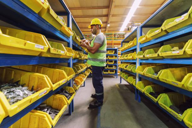 수동 노동자는 공장에 있는 예비 부품 창 고에 - 예비 부품 뉴스 사진 이미지