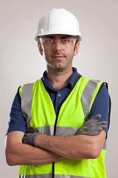 pracownik fizyczny w sprzęt ochronny. - kask ochronny odzież ochronna zdjęcia i obrazy z banku zdjęć