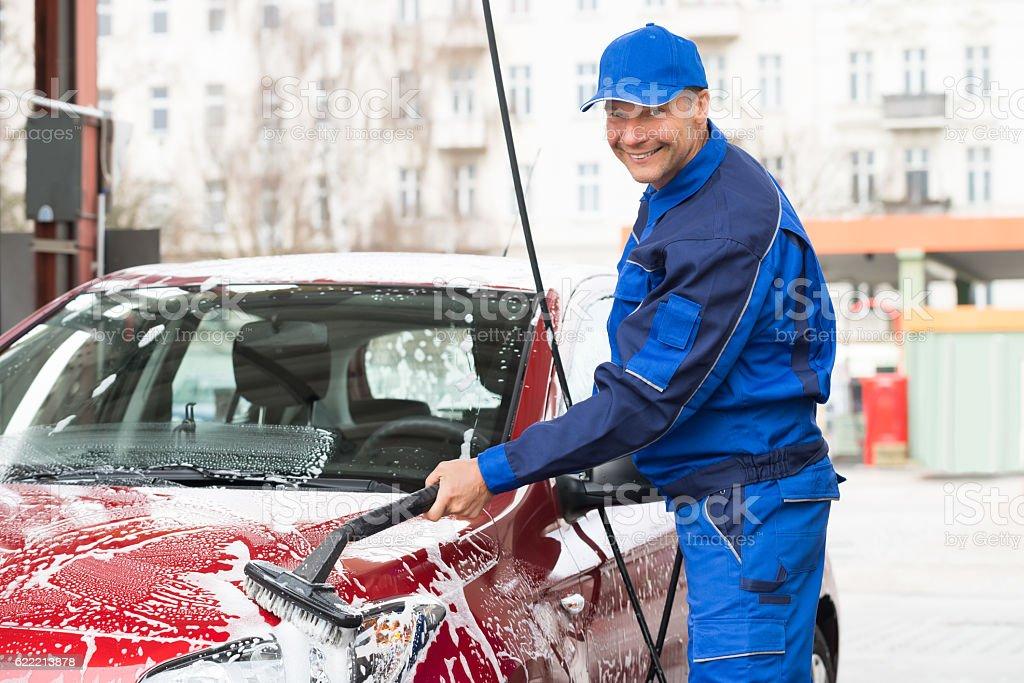 Manual Worker Washing Car At Service Station - foto de stock