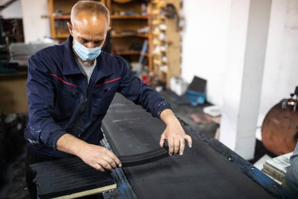 Arbeiter in Brikettfabrik, die an der Produktionslinie arbeiten – Foto