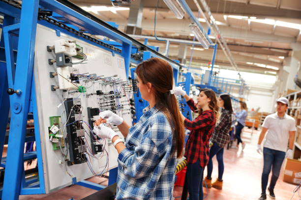 Arbeiter in einer Fabrik arbeiten – Foto