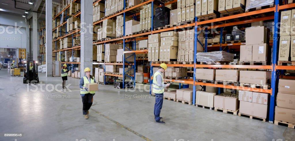 Obreros trabajando en el almacén - foto de stock