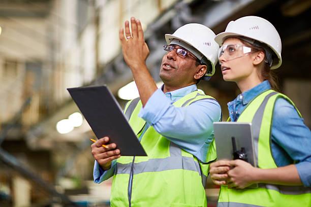 pracownicy fizyczni pracy - kask ochronny odzież ochronna zdjęcia i obrazy z banku zdjęć