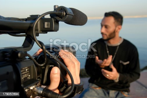 Actor Explaining Convincingly With Hand Gestures During For Realtime Broadcast