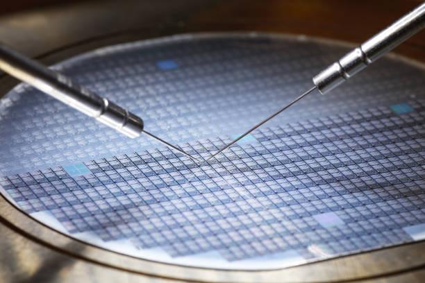 顕微鏡下でプリント基板上のチップの製造します。 - 半導体 ストックフォトと画像