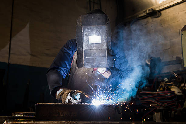 Herstellung Arbeiter Schweißen in der Fabrik-workshop aus Metall – Foto