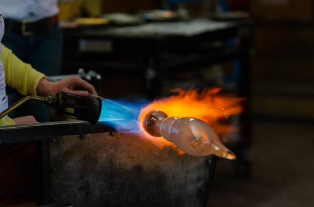 herstellung glasobjekt - glasskulpturen stock-fotos und bilder