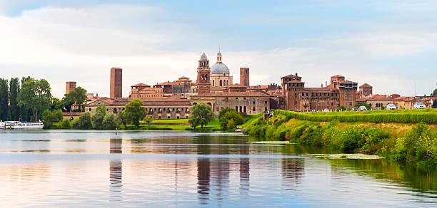 manuta.  italien.  das panorama der stadt bei sonnenuntergang. - schönste reiseziele der welt stock-fotos und bilder