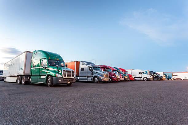 Viele amerikanische Lastwagen auf dem Parkplatz. – Foto