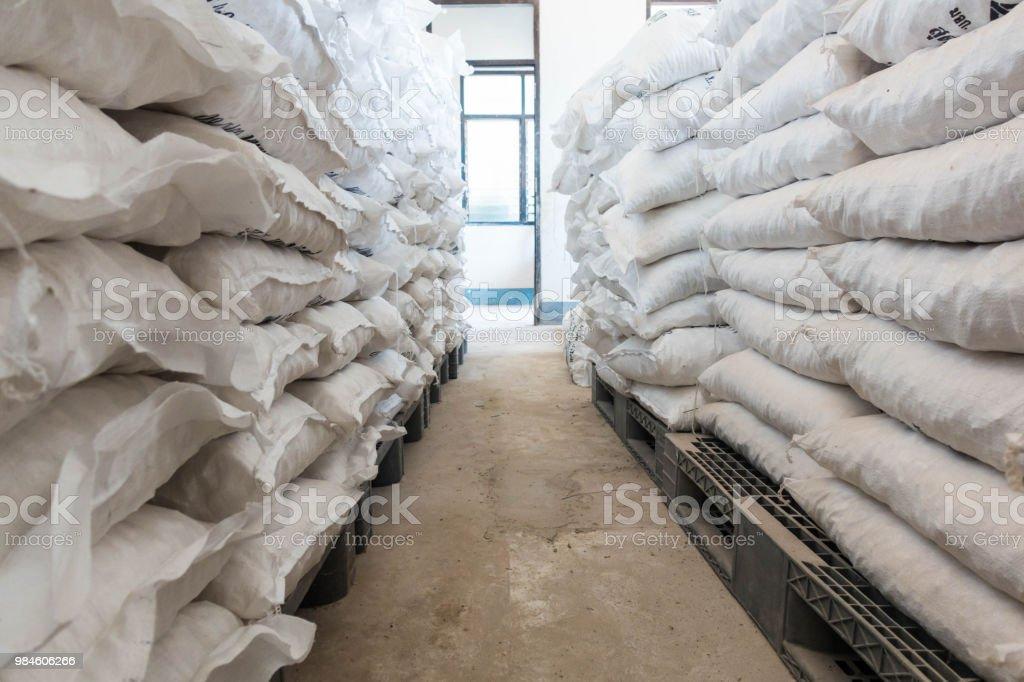 muchos bolsos de alumbre en la tienda - foto de stock