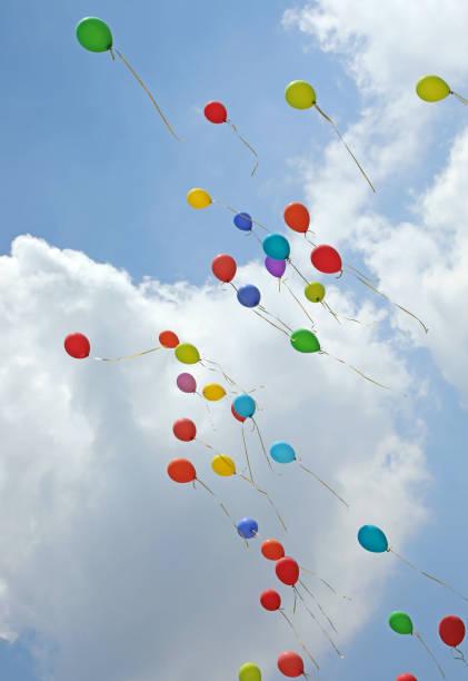 viele Ballons fliegen hoch am Himmel mit weißen Wolken – Foto