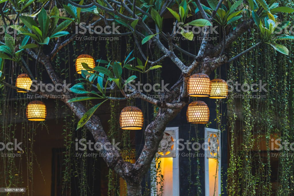 Viele Schöne Hahdmade Wicker Lampen Draußen Im Garten Am