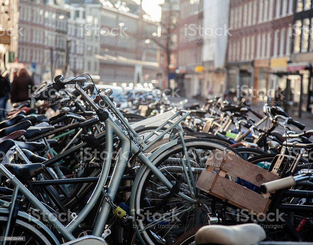Muchos bicicletas en Amsterdam en la calle de la ciudad, ideal para el estacionamiento sin servicio de valet foto de stock libre de derechos