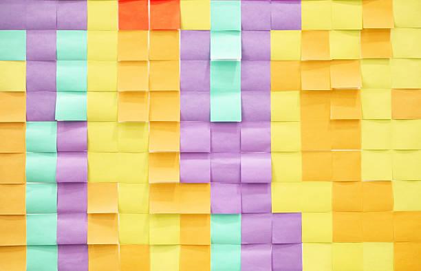 Muchos blanco adhesivo notas colgar en la pared - foto de stock