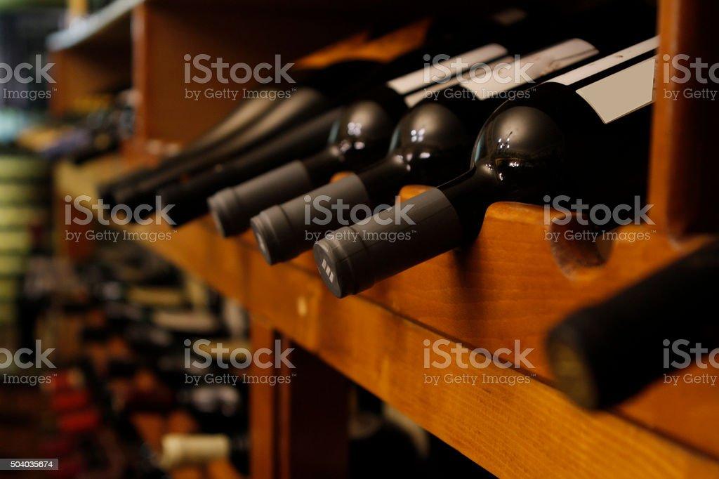 Muitas garrafas de vinho em uma fileira - foto de acervo