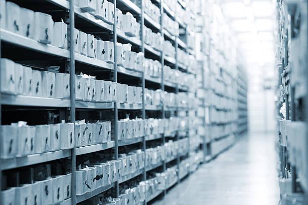 viele boxen mit fotos aus dem archiv - keller organisieren stock-fotos und bilder