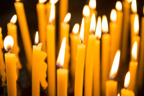 Viele brennende Kerzen in der Kirche in Venedig – Foto